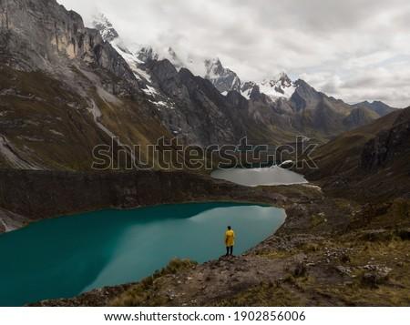 Male yellow jacket hiker Cordillera Huayhuash Circuit andes mountain Mirador Tres Lagunas three lakes view Huanuco Peru Zdjęcia stock ©