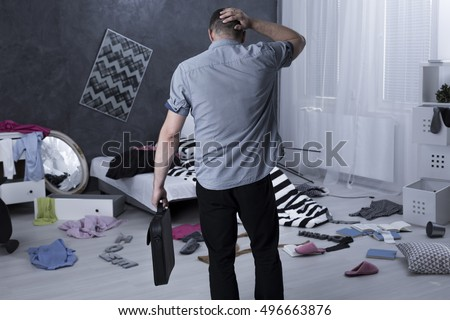 Man back view and chaos in apartment after burglary Foto stock ©