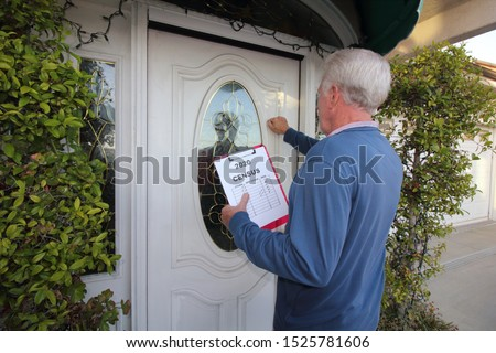 Man Canvassing a neighborhood for the 2020 census Stockfoto ©