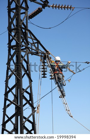 Man changing cable on high tension with nearly no security