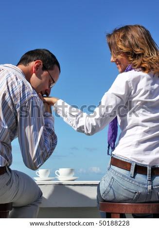 Man kissing woman\'s hand