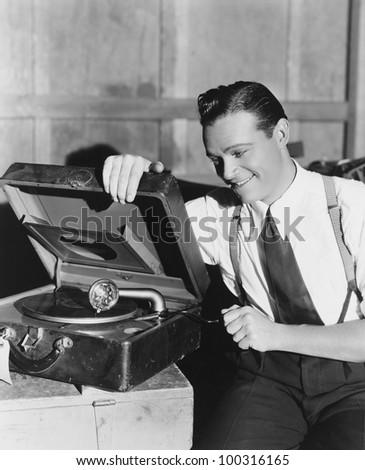 Antes fossem os meus audiófilos... Stock-photo-man-listening-to-record-player-100316165