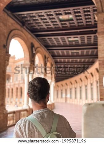 Man lost in Spain historic building in Plaza de España Foto stock ©