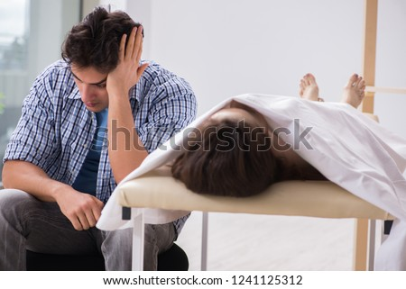 Man mourning his dead wife Foto stock ©