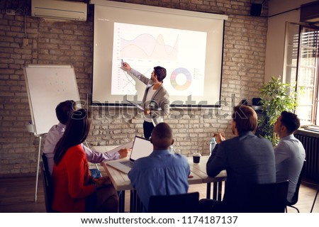 Man on meeting in company show data on chart for success in business  Foto stock ©
