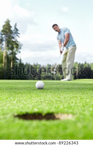 Man plays golf on the golf course