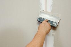 man putty plasterboard indoor