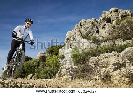 Man riding a mountainbike on a mountain track