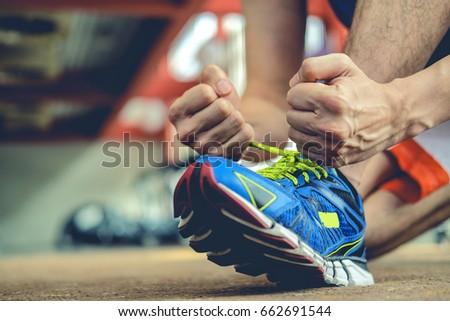 man Rope tie shoe run in gym