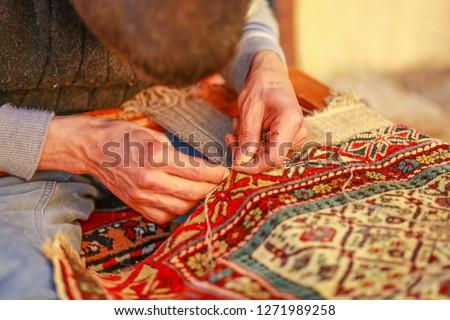 man weaving carpet Stock foto ©