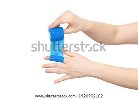 man winds an elastic bandage on his hand on a white background, isolate. The concept of fixation of the digital cleft in case of dislocation, isolated. Bandaging Foto stock ©