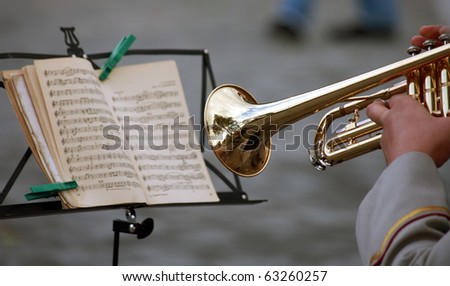 man with a trumpet, read music note