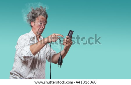 man with charred face and broken cable tested for smartphone to help Foto stock ©