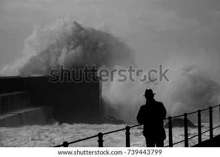 Man with typical hat looking the storm Foto stock ©