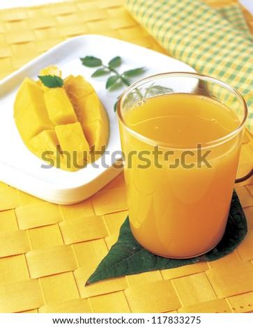 mango juice with mango slice