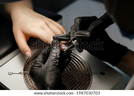 Manic master shoifing nails in the salon