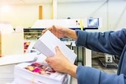 Manipulating envelopes for mailing