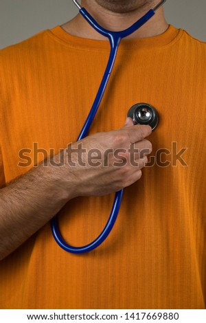 mann Examina self with stethoscope
