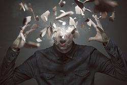 Mann zerbricht sich den Kopf