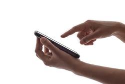 Manos delicadas de mujer sosteniendo un teléfono móvil y con uno de sus dedos por tocar la pantalla. Fotografía horizontal.