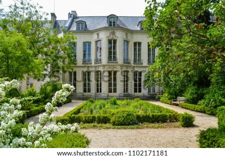 Mansion, in Archives Garden, Paris