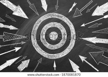 Many different arrows and target drawn in chalk on a blackboard. Concept of competition, strategy, accuracy. Foto stock ©