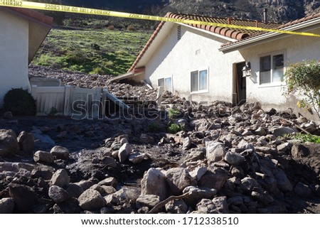 Many homes destroyed by a mudslide with mud debris and boulders Foto stock ©
