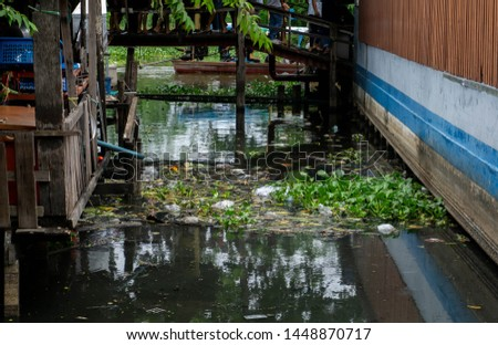 Many plastic waste floating on the surface of the water.Dumping garbage into the water Causing spoilage into water pollution Which affects people's livelihoods.
