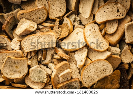 Many slices of stale bread Dry bread thrown in the trash