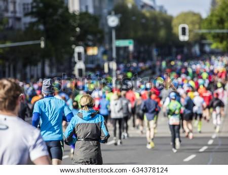 marathon runners #634378124