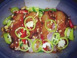 Marinated chicken, garlic and chili sauce, green, red