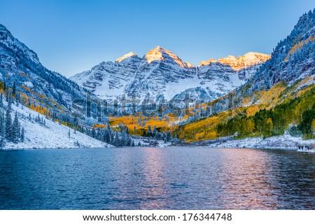Maroon bells at sunrise, Aspen, CO. Сток-фото ©