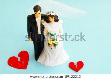 married couple figures and broken red hearts (divorce)