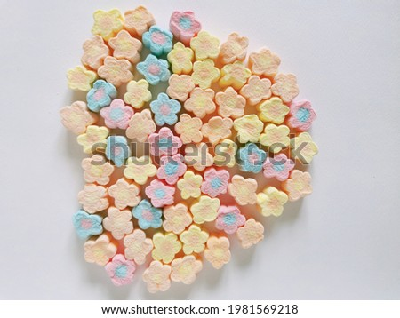 Marshmallow is a homogeneous mixture of sugar, water and gelatin molded into various shapes and coated with cornstarch Foto stock ©