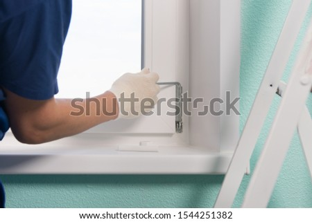 master in gloves, fixes the rod to fix the loop of the plastic window