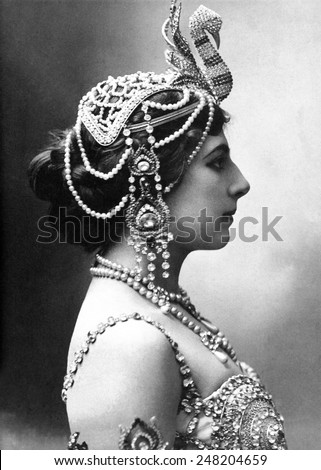 Mata Hari, exotic dancer, was executed in 1917 as a WW1 German Spy. Profile portrait said to depict the dancer in 1910. Foto stock ©