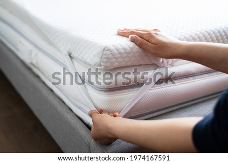 Mattress Topper Being Laid On Top Of The Bed Stockfoto ©