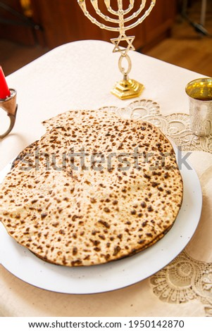 Matzah for Passover Seder on the table next to the symbols of Judaism. Foto stock ©