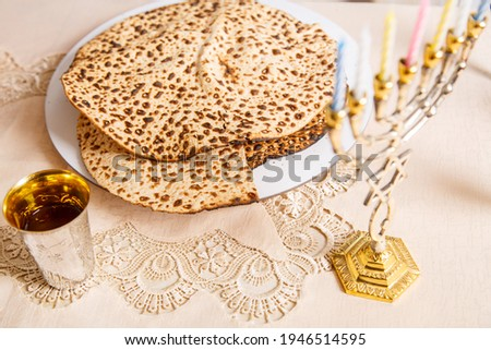 Matzah on the table for the Passover Seder symbols of Judaism. Foto stock ©