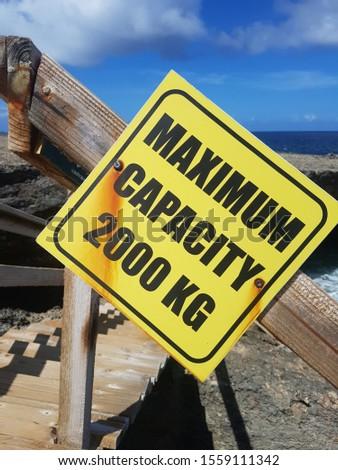 Maximum capacity 2000 kilograms sign