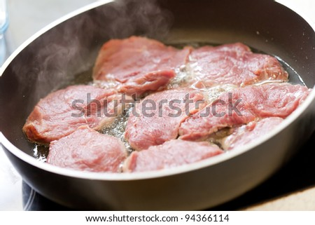Meat frayed on fraying pan