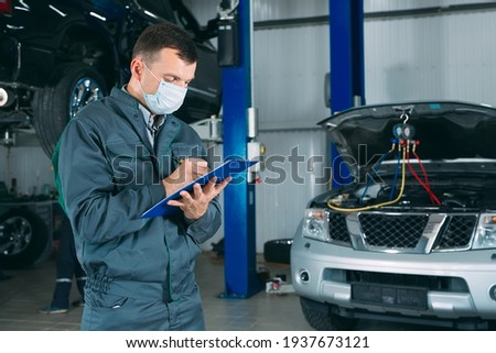 mechanic maintaining car record on clipboard at the repair shop Foto d'archivio ©