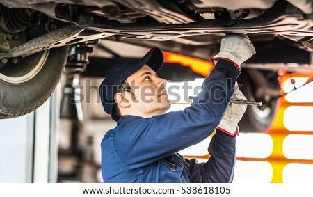 Mechanic repairing a car Foto d'archivio ©
