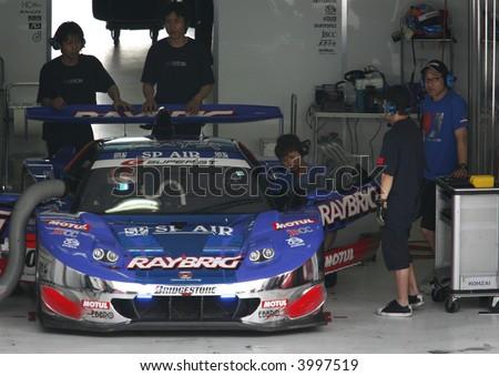 Mechanics preparing car, Japan Super GT 2007