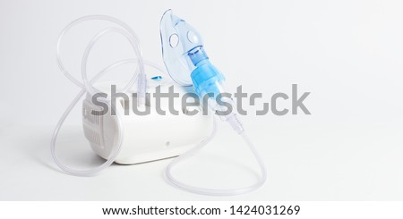 Medical equipment for inhalation with respiratory mask, nebulizer on a white background. Respiratory medicine. Asthma breathing treatment. Bronchitis, asthmatic health equipment Foto stock ©