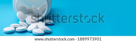 Medicine stethoscope and pills on blue background. Health or disease. Pill or medicine in hospital or pharmacy. Cardiology heart treatment. Foto stock ©