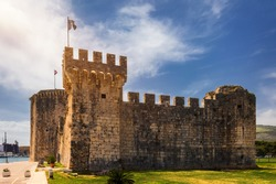 Medieval Kamerlengo fortress of the 15th century with the flag of Croatia in Trogir, Croatia. Tower of medieval Kamerlengo fortress in Trogir, Dalmatia, Croatia.