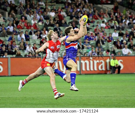 MELBOURNE - SEPTEMBER 12: Will Minson takes a strong mark in the AFL second semi final - Western Bulldogs vs Sydney Swans, September 2008