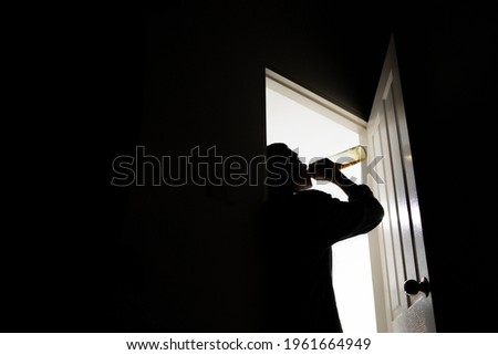 Men drank whiskey at the door until they were drunk. Stockfoto ©