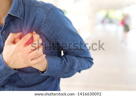 Men have chest pain caused by heart disease, heart attack, heart leakage, coronary heart disease.